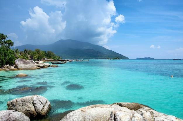 Andaman belle mer de cristal avec pierre de récif
