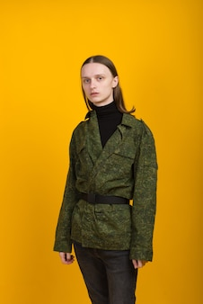 Androgène. caractère androgyne sur fond jaune. homme ou femme. style militaire.