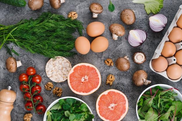 Aneth; des œufs; champignon; oignon; tomates cerises; fruits de raisins; épinard; gateau de riz soufflé et noix