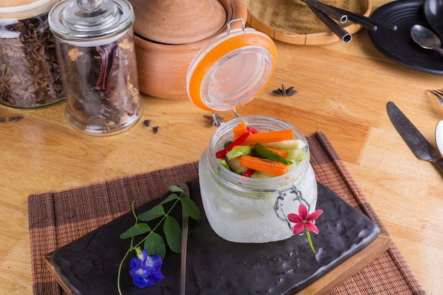 Aneth pickles à l'aneth dans un bocal ouvert avec des ingrédients sandwich.