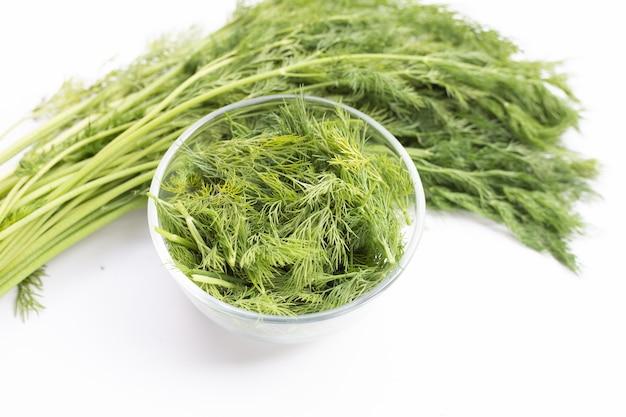 Aneth vert frais sur blanc