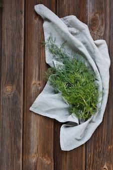 Aneth vert frais. vue de dessus, gros plan sur une table en bois de vignage