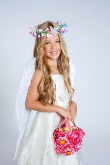 Ange enfants fille tenant un sac de fleurs avec des ailes