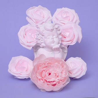 Ange en roses. art minimal à plat