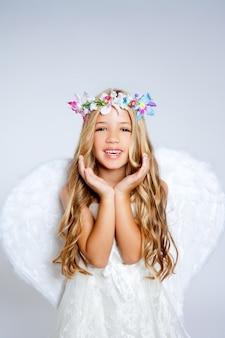 Angel enfants fille geste des mains ouvertes avec des ailes