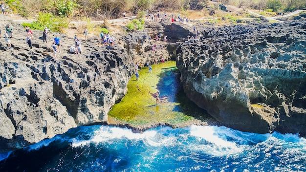 Angel's billabong beach, la piscine naturelle sur l'île de nusa penida, klingung regency, bali, indonésie