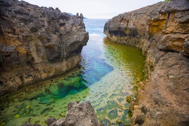 Angel's billabong est une piscine à débordement naturelle sur nusa penida, bali, indonésie