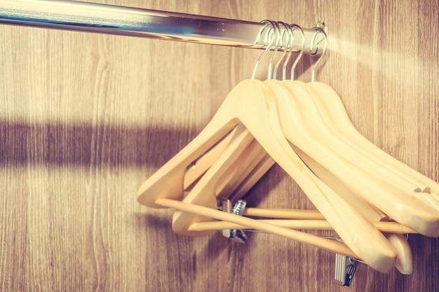 Angers en bois dans un placard
