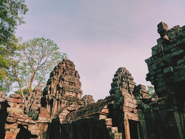 Angkor wat au cambodge, le vieux temple avec des milliers d'histoire