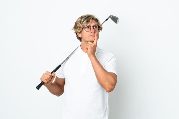 Anglais homme jouant au golf ayant des doutes tout en regardant vers le haut