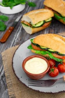 Angle élevé de l'assiette avec des sandwichs et de la mayonnaise