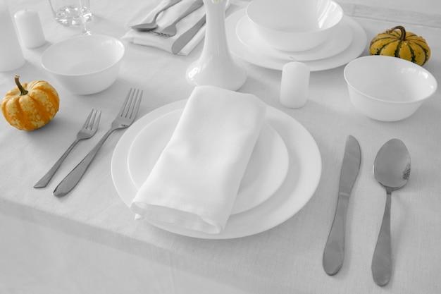 Angle élevé d'assiettes blanches sur table avec espace copie