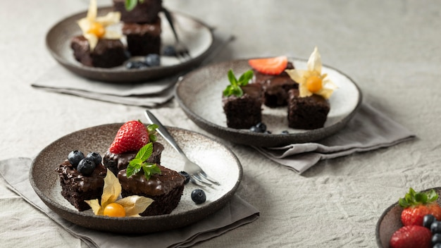 Angle élevé d'assiettes avec desserts et fruits