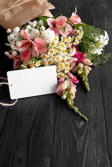 Angle élevé de beau bouquet de fleurs