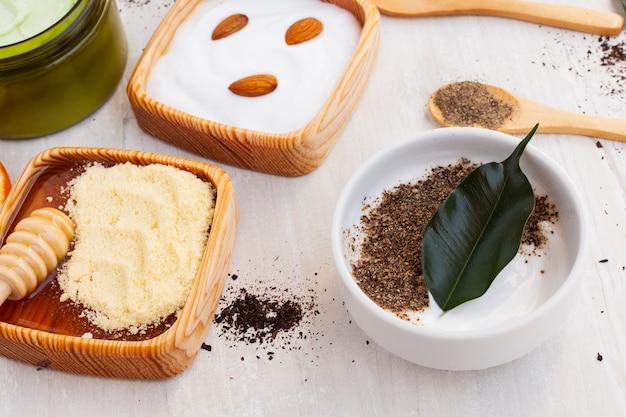 Angle élevé de beurre corporel et d'amandes sur un fond uni