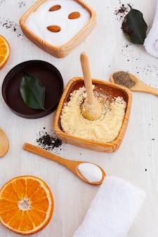 Angle élevé de beurre corporel et tranche d'orange sur fond uni