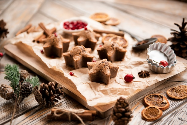 Angle élevé de biscuits en forme d'étoile avec des pommes de pin