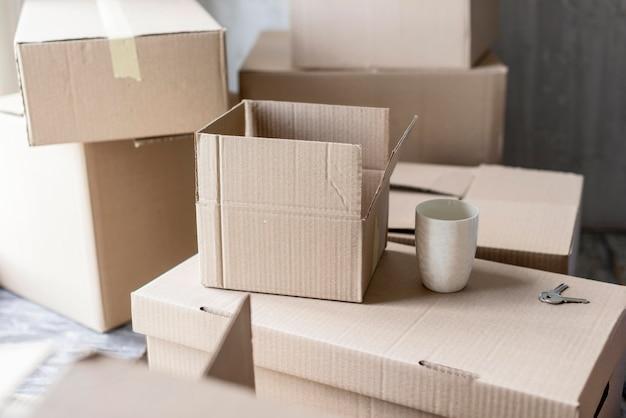 Angle élevé des boîtes prêtes pour le processus de déménagement