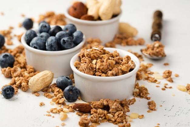 Angle élevé de bols avec céréales de petit déjeuner et bleuets