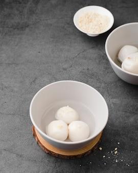 Angle élevé de boulettes dans des bols