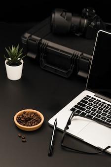 Angle élevé de bureau avec ordinateur portable et appareil photo