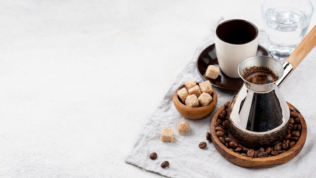 Angle élevé de café avec espace copie
