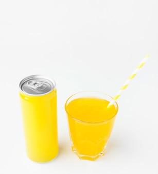 Angle élevé de canette de boisson gazeuse avec paille et verre