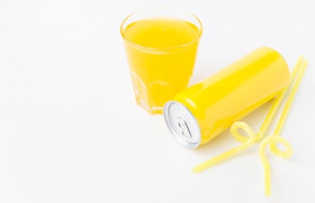Angle élevé de canette de boisson gazeuse avec verre et espace de copie