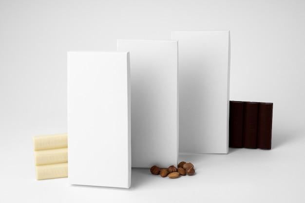 Angle élevé de comprimés de différents emballages de chocolat