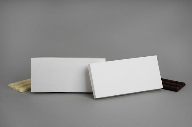 Angle élevé de comprimés d'emballage de chocolat avec espace copie