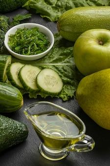 Angle élevé de concombres avec du brocoli et de l'huile