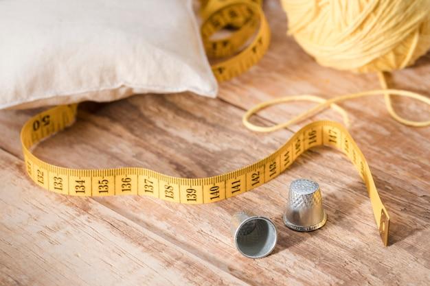 Angle élevé des dés à coudre avec fil et ruban à mesurer