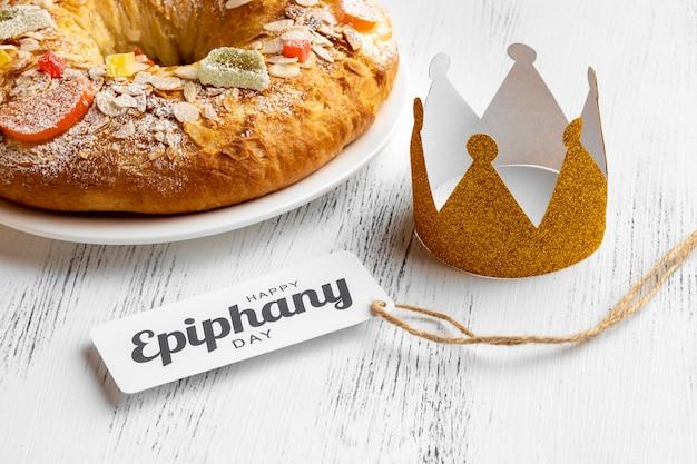 Angle élevé de couronne avec dessert pour le jour de l'épiphanie