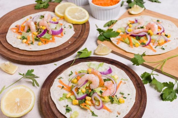 Angle élevé de crevettes et nourriture saine sur du pain pita