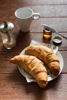 Angle élevé de croissants dans une assiette