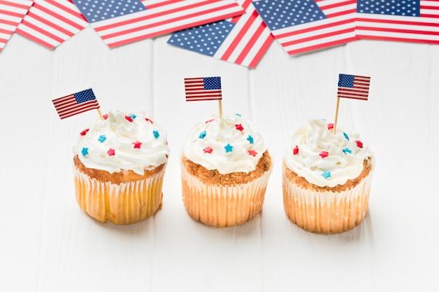 Angle élevé de cupcakes avec drapeaux américains