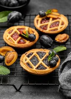 Angle élevé de délicieuses tartes aux prunes