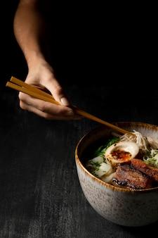 Angle élevé de délicieux ramen dans un bol