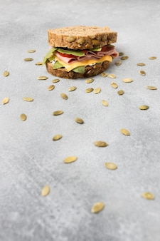 Angle élevé de délicieux sandwich avec des graines