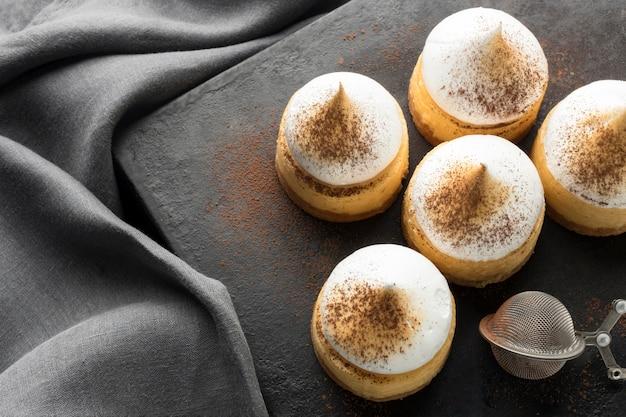 Angle élevé de desserts sur ardoise