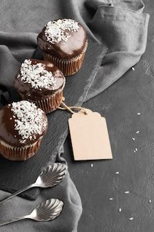 Angle élevé de desserts au chocolat avec étiquette