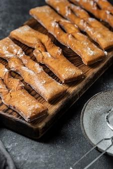 Angle élevé de desserts au sucre en poudre