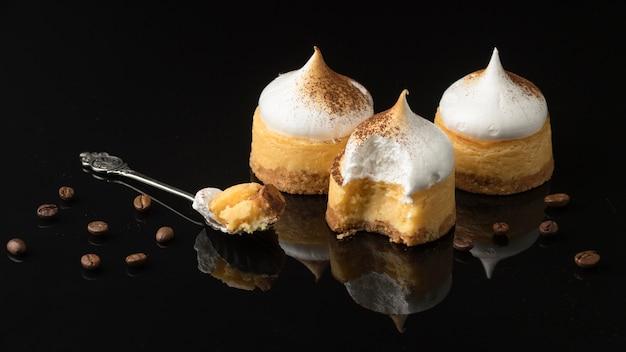 Angle élevé de desserts avec du cacao en poudre et cuillère
