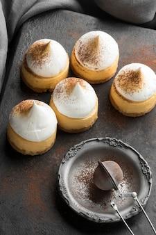 Angle élevé de desserts avec de la poudre de cacao