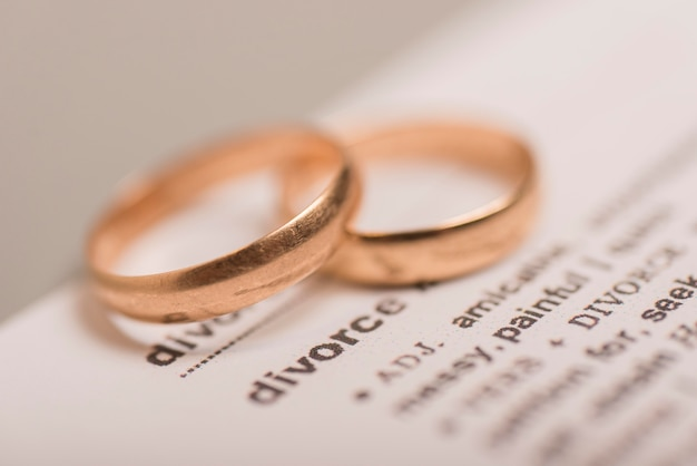 Angle élevé deux bagues de mariage en or