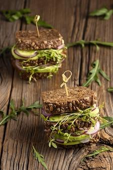 Angle élevé de deux délicieux sandwichs à la salade