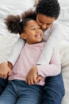 Angle élevé de deux frères et sœurs à la maison ensemble