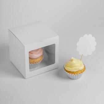 Angle élevé de deux petits gâteaux avec boîte d'emballage