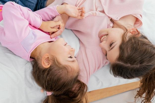 Angle élevé de deux sœurs, passer du temps à la maison