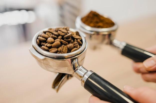 Angle élevé de deux tasses de machine à café
